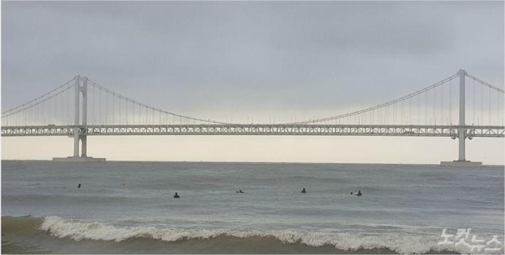 풍랑주의보가 발효된 부산 광안리에서 서핑보드를 타는 모습. (사진=부산해경 제공)