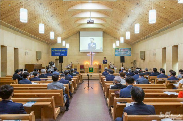 제1회 대한민국 강원도조찬기도회가 '기억을 넘어, 함께 희망으로!'라는 주제로 25일 철원제일감리교회(이상욱 목사 시무) 복원기념예배당에서 열렸다.