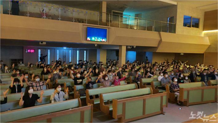 지난 26일, 브니엘교회에서 열린 연제구 교회 연합 나라사랑기도회에 참석한 성도들이 기도회를 진행하고 있다.