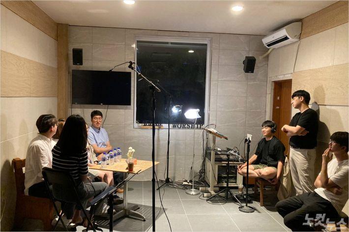 강릉하모니커뮤니티는 5,6월 2개월간 온라인 방송 '공감스튜디오'를 운영하면서 지역 청년,학생들과의 소통창구를 만들었다.(사진=강릉하모니커뮤니티제공)