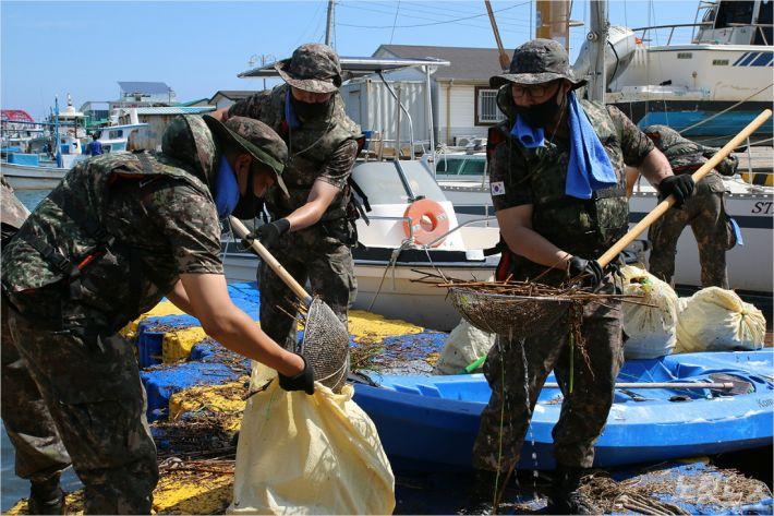 3일 군 장병들이 속초 청초호에서 생활쓰레기와 부유물 등을 수거하는 모습. (사진=8군단 제공)