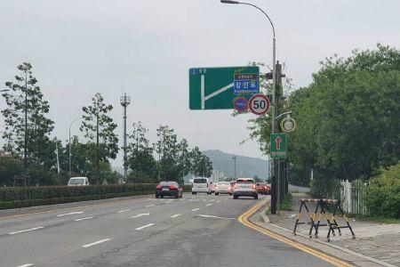 순천만국가정원 서문 앞에 설치된 제한속도 안내 시설물. (사진=순천시 제공)