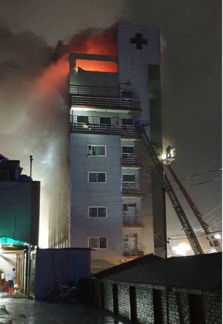 소방당국이 10일 새벽 고흥군 윤호21병원 화재 현장에서 고가사다리차를 이용해 구조를 벌이고 있다. (사진=독자제공)