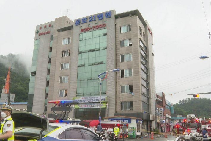 10일 오전 진화가 끝난 고흥군 윤호21병원 일대에서 경찰과 소방당국이 현장을 통제하고 있다. (사진=유대용 기자)