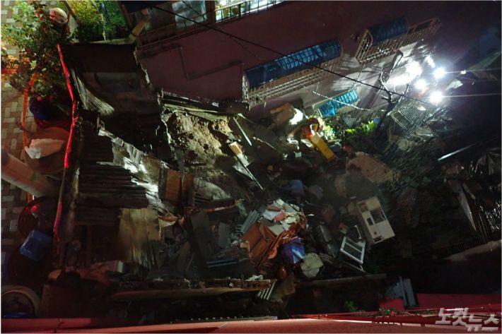 13일 오전 1시 5분쯤 부산 서구 남부민동의 한 교회 인근 폐가가 굵은 빗줄기에 무너져 내린 모습. (사진=부산소방재난본부 제공)