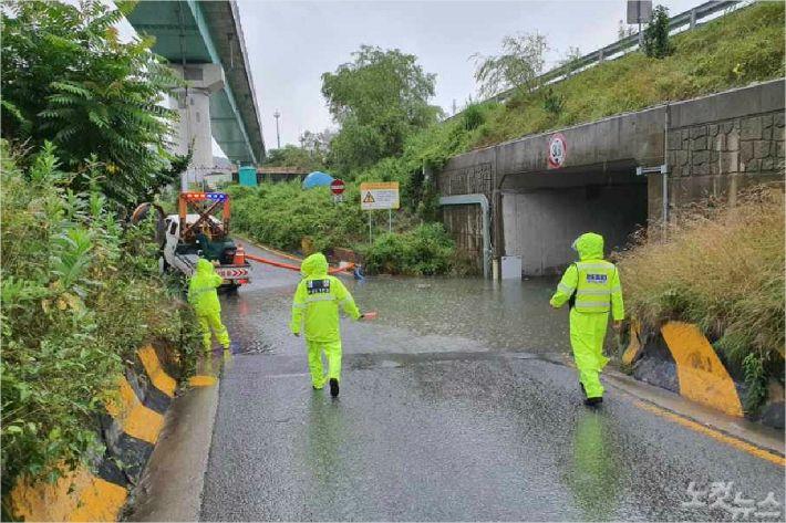 13일 오전 부산 금정구 영락교 인근 도로가 물에 잠겨 경찰이 통행을 막고 있다. (사진=부산경찰청 제공)