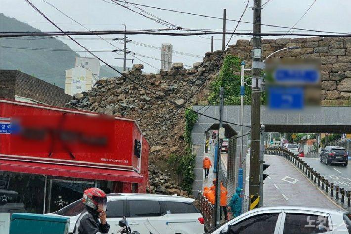 13일 부산지역에 내린 비로 기장군의 한 미용실 뒤 돌담이 무너져 내린 모습. (사진=부산경찰청 제공)