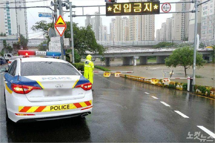 13일 오전 부산 온천천 수위 상승으로 연제구 세병교 하부도로 차량 통행이 금지됐다. (사진=부산경찰청 제공)