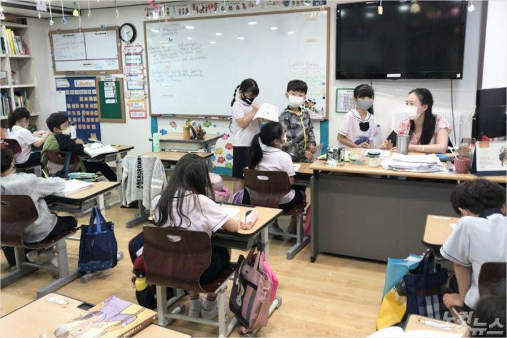 인천광역시 서구에 자리한 기독 대안학교 수정비전학교 초등과정 수업 모습.