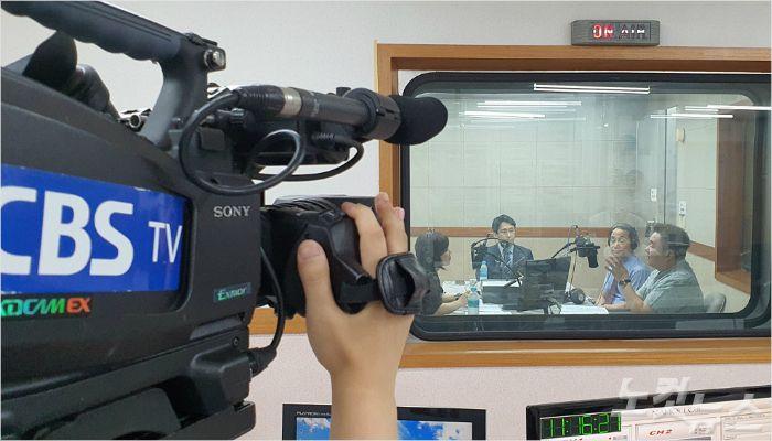 부산CBS A스튜디오에서 생방송 중인 모습.