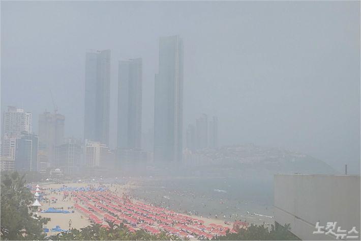 2일 오후 짙은 해무로 해운대 해수욕장 인근 건물들의 모습이 잘 보이지 않을 정도 였다(사진=부산CBS 박창호 기자)