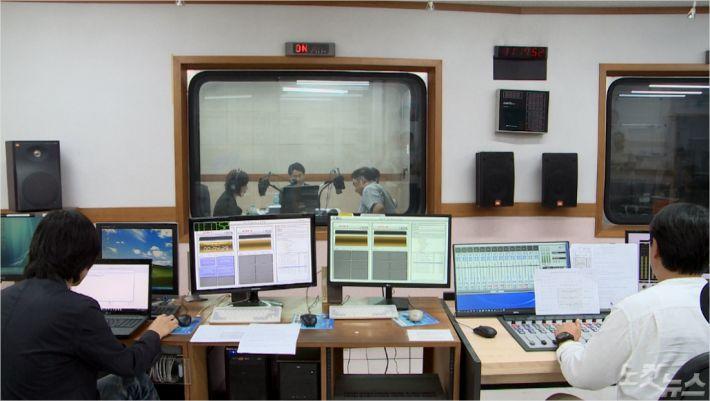 지난 29일, 부산CBS에서 코로나19 극복을 위한 특집 라디오 기도회가 진행되고 있다.