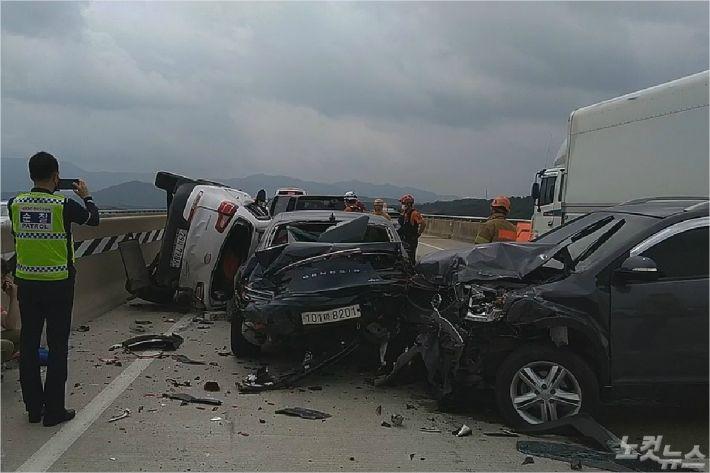 3일 오전 10시 46분쯤 전북 남원시 순천-완주 고속도로 하행선 서남원 IC 인근에서 4중 추돌 사고가 발생했다. (사진=전북소방본부 제공)