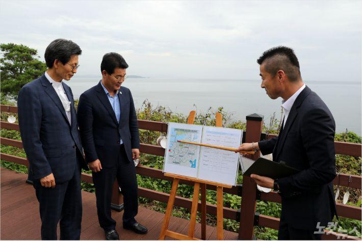 유기상 전북 고창군수(왼쪽)와 권익현 부안군수(중앙)가 부창대교 건설에 힘을 모아가기로 했다.(사진=고창군)