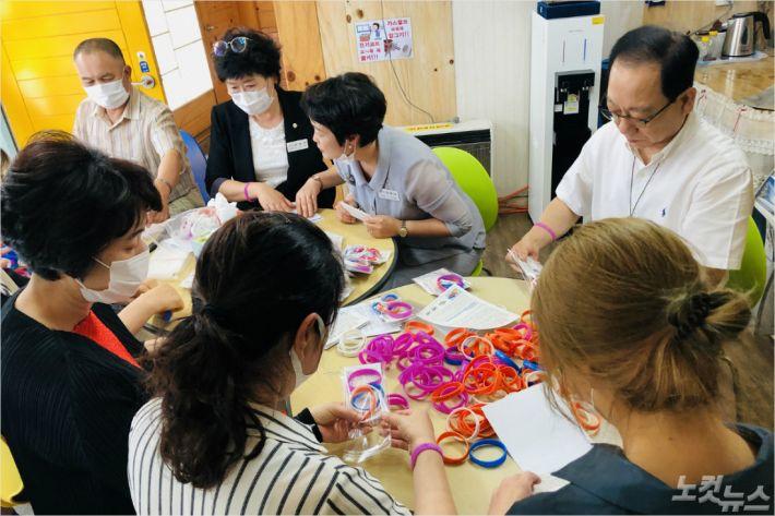 '감사팔찌' 포장작업을 하는 아홉길사랑교회 김봉준 목사와 교인들.