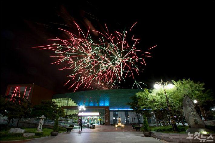 2019년 진행된 군산시간여행축제 개막식 불꽃놀이(사진=군산시/ 자료사진)