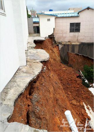 축대가 무너져 내리면서 붕괴 위험에 처한 세광교회의 모습.