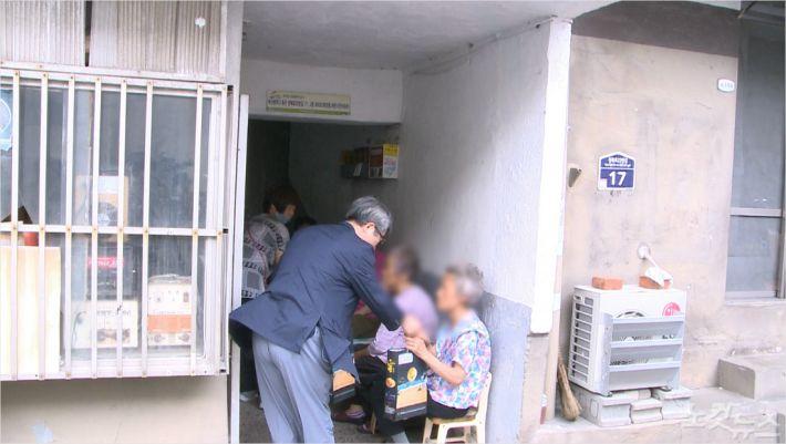 지난 5일, 부산진교회 대외사회봉사위원회가 지역사회에 후원물품을 전달하고 있다.