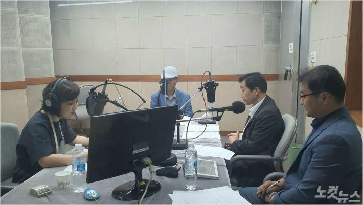 지난 25일, 부산CBS에서 코로나19 극복을 위한 특집 라디오 기도회가 진행되고 있다.