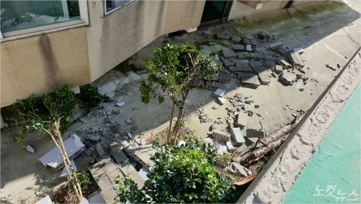 지난 3일, 태풍의 영향으로 양문교회의 담벼락이 무너져 은근 골목에 널브러져 있다.