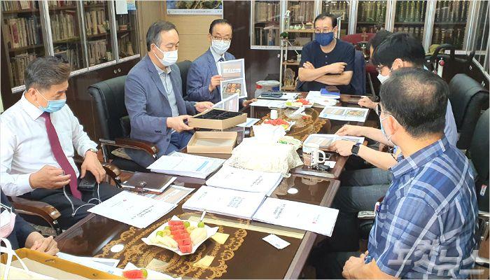 10일 오전, 양문교회에 모여 회의를 진행하고 있는 10개 교회 관계자의 모습.(사진=부산CBS 이강현 기자)