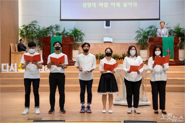 영남신대 외국인 재학생들의 특송 (사진제공=포항오천교회)