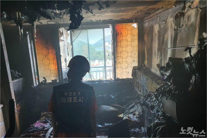 부산의 한 아파트에서 보조배터리 과열로 추정되는 불이 났다. (사진=부산소방재난본부 제공)