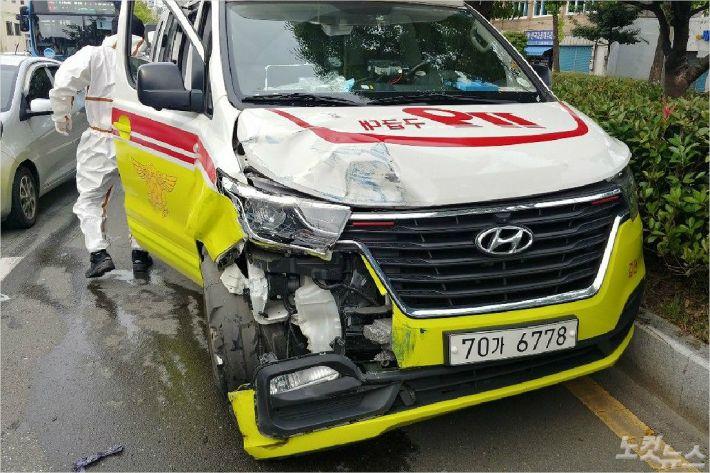 부산에서 119 구급차와 화물차가 충돌했다. (사진=부산소방재난본부 제공)