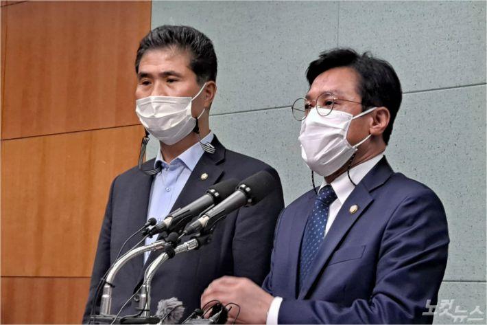 더불어 민주당 신영대(오른쪽), 이원택 의원이 21일 새만금 해수유통 관련 기자회견을 갖고 있다.(사진=김용완 기자)