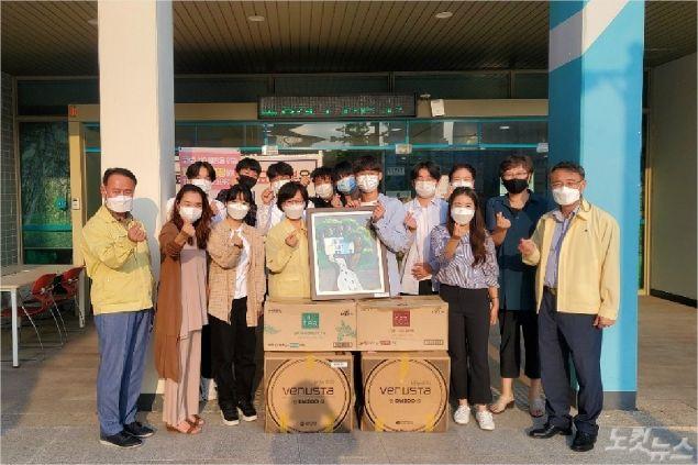 한동글로벌학교 학생들이 북구 보건소 직원들에게 커피머신과 포스터를 전달했다. (사진제공=한동글로벌학교)