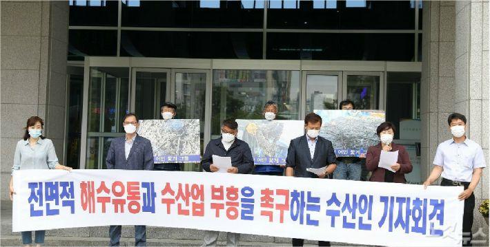 전북수산인발전연합회 회원들이 22일 전북도청에서 새만금 전면 해수유통을 촉구하고 있다.(사진=안지훈 인턴)