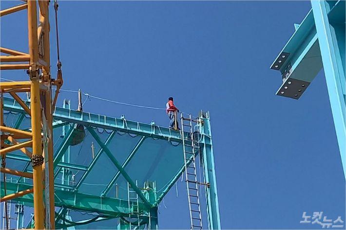 전북 군산시 비응도동의 한 발전시설 건설 현장, 약 20m 높이의 철골 구조물에서 고공농성을 한 전국플랜트건설 노조 조합원. (사진 = 독자 제공)