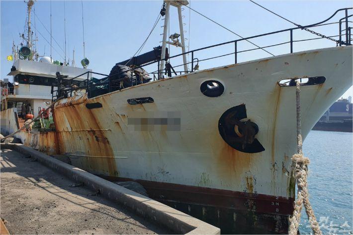미지정 의료기관에서 발급한 코로나19 음성확인서를 제출하다 적발된 러시아 선원이 타고 온 선박. (사진=동해해양경찰서 제공)
