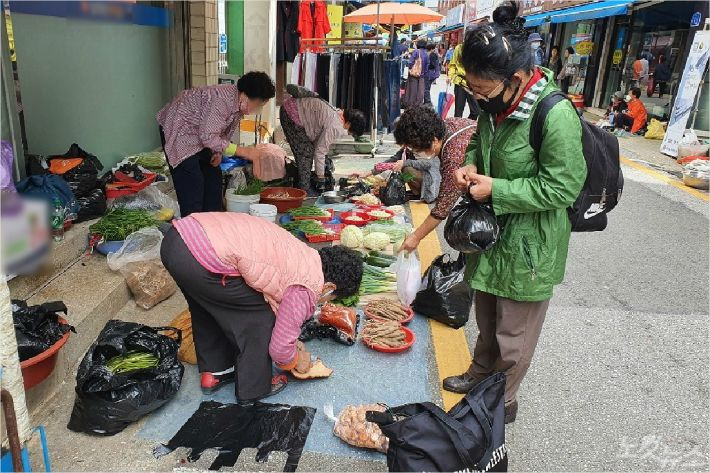 지난 22일 강릉 중앙시장에서 장을 보고 있는 주민들. (사진=유선희 기자)