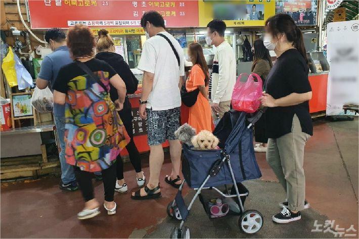지난 22일 강릉 중앙시장의 한 어묵가게 앞에 관광객들이 주문을 위해 기다리고 있다. (사진=유선희 기자)