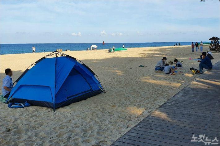 지난 22일 강릉 경포해변 일대에서 텐트를 치고 여유를 즐기고 있는 관광객들. (사진=유선희 기자)