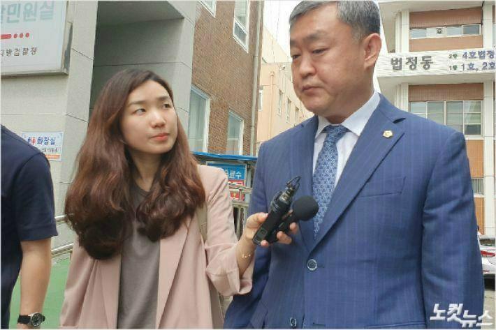뇌물수수혐의로 불구속 기소된 송성환 전북도의원이 지난해 전주지법에서 첫 재판을 마치고 나와 취재진의 질문에 답하고 있다. (자료사진)