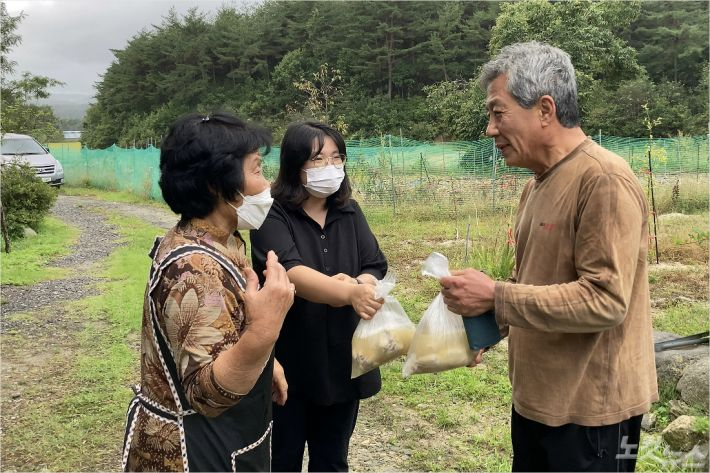 강릉연곡감리교회가 추석명절을 앞두고 지역주민에게 사랑의 닭백숙을 전달했다.(사진=강원영동CBS)