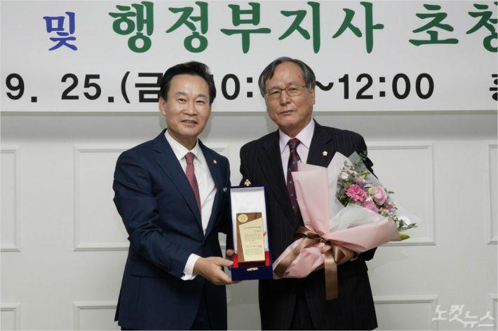 황환주 춘천시의회 의장(사진 오른쪽)이 강원도시군의회의장협의회 강원지방자치 의정대상을 수상했다. (사진=춘천시의회 제공)