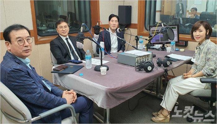 '라디오 기도회'에 참여한 패널.(왼쪽부터 시계 방향으로 강동현, 황성건, 정찬석 목사, 정희경 아나운서)