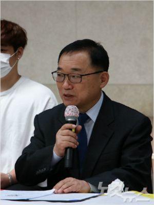 류한호 광주YMCA 이사장이 회원들과 광주시민들에게 감사 인사를 전하고 있다(사진=광주CBS 한세민)