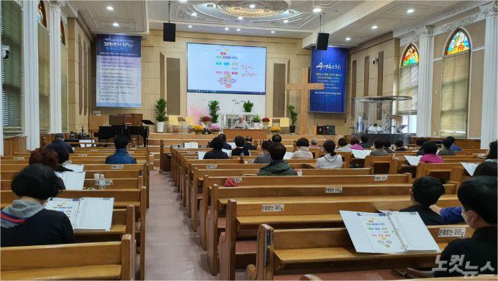 지난 14일, 수정동성결교회에서 진행된 복음세미나에서 조관호 목사가 강의를 진행하고 있다.