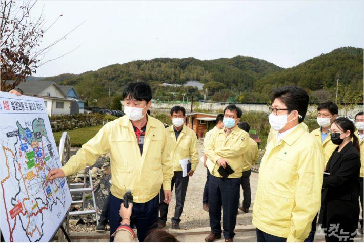 조명래 환경부 장관이 14일 화천군을 방문해 최문순 화천군수로부터 현장상황을 보고받고 있다.(사진=화천군 제공)