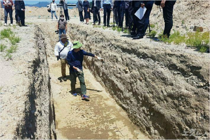 지난 6월 녹색연합은 강원 춘천시 캠프페이지에서 기자회견을 열고 문화재 발굴과정에서 드러난 기름오염과 폐 아스콘, 각종 폐기물 등에 대해 국방부의 책임을 촉구했다. (사진=진유정 기자)