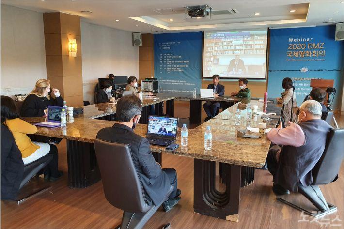 2020 DMZ 국제평화회의가 오늘(16일) '국경 분쟁지역 평화운동'을 주제로 강원도 철원군에서 온라인 화상회의로 진행됐다.