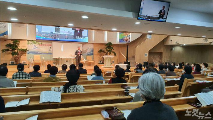 지난 21일, 하늘샘교회에서 열린 다이나믹 전도세미나에서 권준오 목사가 강의를 진행하고 있다.
