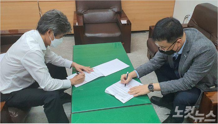 부산CBS 정민기 대표와 틴데일대학교 동아시아 담당 Frank Lee가 22일, 온라인 영어 프로그램 공급을 위한 협약서에 서명을 하고 있다.