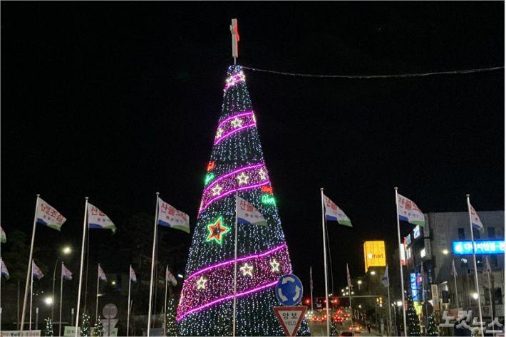 동해시기독교연합회가 28일 성탄트리점등예배를 드렸다.(사진=강원영동CBS)