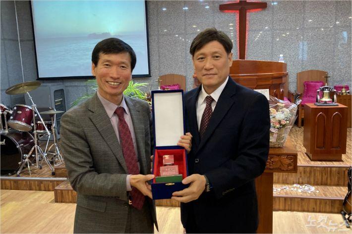 동해시기독교연합회는 전임회장 안성헌 목사(새중앙침례교회)에게 감사패를 전달했다.(사진=강원영동CBS)