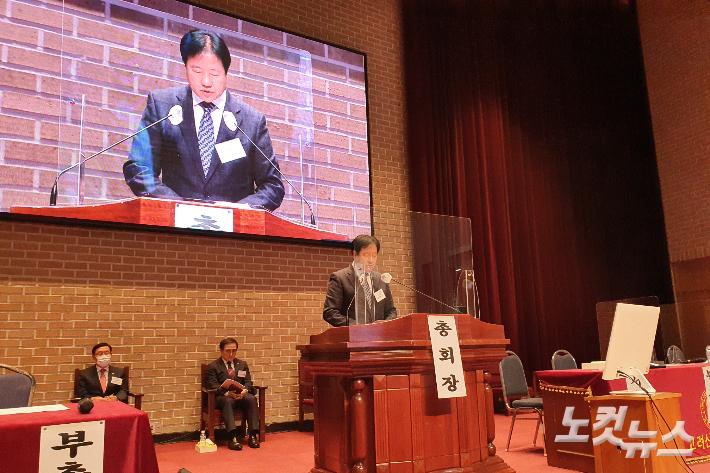 예장고신 박영호 총회장이 지난해 70회 총회에서 기도하고 있다.